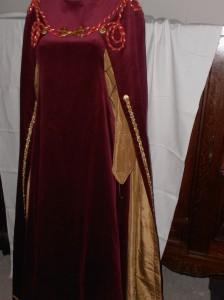 Hanka celé šaty s plášťem detail